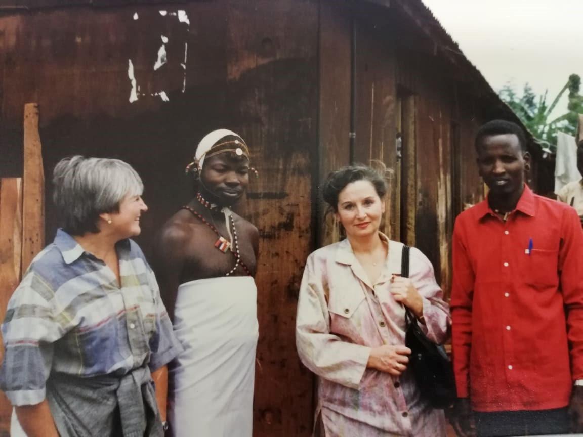 Aquesta imatge té l'atribut alt buit; el seu nom és A_Africa_amb_la_Pilarin_Bayes2.jpg